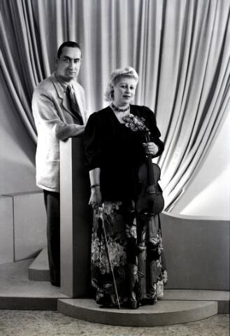 """650669 - Atelierfoto """"Tonny en Matja"""", november 1948."""