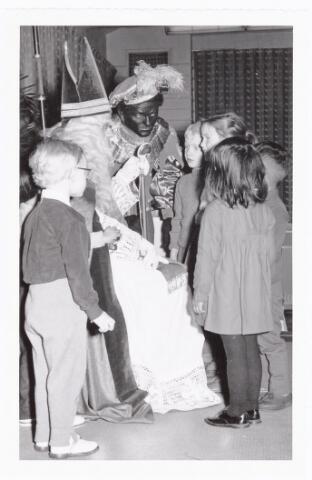 038854 - Volt. Zuid. Sport en ontspanning. Viering Sint Nicolaas voor de kinderen van het personeel in 1960.Sint Nicolaas, Ab Haarlem. Zwarte Piet, Jos Spijkers. Sinterklaas.