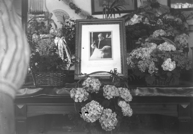 652240 - Collectie Van Rooij. Pauselijke Zegen van Pius II t.g.v. de gouden bruiloft familie De Groot-Vromans via Heeroom Van Rooij