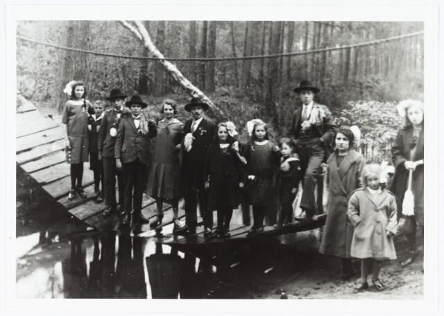 006985 - Op de kettingbrug bij hotel ´de Golf´ op Nieuwkerk onder Goirle. Uitstapje van de familie de Groot-van Oudenhoven t.g.v. hun gouden bruiloft. Kinderen en kleinkinderen.