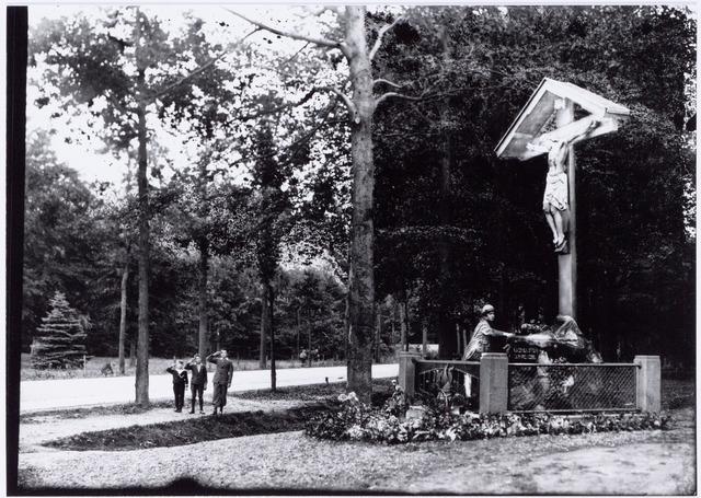 049851 - Een meisje legt bloemen bij het kruisbeeld aan de Bredaseweg. Foto uit:  ´Je Taalboek´ van frater Victor van Nispen.