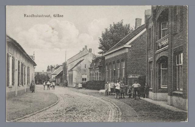 057973 - Gilze, Rechts op de voorgrond staat het in 1917 gebouwde woonhuis van Adr. Raaijmakers, daarnaast achtereenvolgens de woning van gemeentesecretaris B. van de Kieboom, het in 1909 gebouwde huis van Jos Segers, de harmoniezaal en het café Segers en de woning van de koekfabrikant Smolders. Links het woonhuis en de brouwerij van Brouwers.