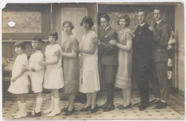 044986 - De kinderen van het echtpaar Emile M.J.A. van Dooren, wollenstoffenfabrikant op Korvel, en Antonia C.Th.M. Hermans. Van rechts naar links: René L.A.M. geboren te Tilburg op 13 januari 1907 aldaar overleden op 18 december 1968, Henricus A.E.M. (Hein), geboren te Tilburg op 23 september 1904, overleed te Tilburg op 13 februari 1977. Hij was missionaris in de congregatie van Mill Hill. Vervolgens Paula E.M.M. geboren te Tilburg op 15 januari 1909 overleed ongehuwd te St. Antonius Brecht op 31 oktober 1938, Raymond F.E.M. geboren te Tilburg op 6 juni 1910, overleed te Tilburg op 6 september 1982, Marguérite M.L.A. (Rita) geboren te Tilburg op 19 december 1905, Juliëtte M.J. van Dooren, tweelingzus van Paula, geboren te Tilburg op 15 januari 1909, Marie Louise G.A. geboren te Tilburg op 18 mei 1914, Eduard E.J.M. geboren te Tilburg op 14 februari 1917 en Elisabeth J.C.M. (Lily) geboren te Tilburg op 8 december 1918.