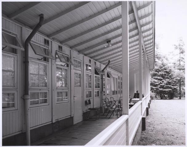 022991 - Elisabethziekenhuis. Gezondheidszorg. Achterzijde van een van de zg. Zweedse barakken. Deze houten barakken werden in 1947 in gebruik genomen vanwege plaatsgebrek. Een was voor de huisvesting van de lekenzusters, de drie anderen als paviljoen Jozef, Maria en Peerke Donders voor de zieken.