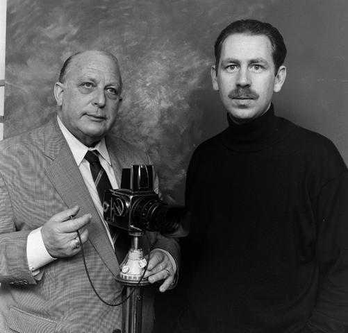 1237_002_233_006 - Zelfportret door Frans van Aarle met zijn zoon. Beiden fotograaf.