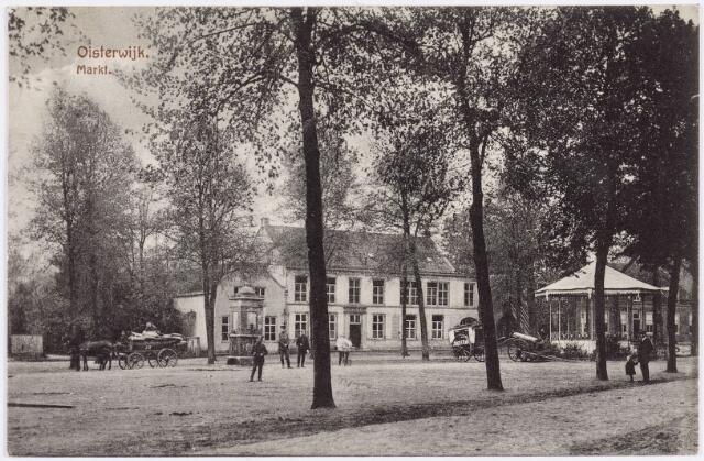 """057493 - De Lind.Het witte gebouw (inmiddels verdwenen) is tot ca 1860 in gebruik geweest als """"Franse"""" school. Later is dit gebouw als sigarenfabriek (""""de Huifkar"""") in gebruik geweest. In de zestiger jaren van de twintigste eeuw is dit gebouw gesloopt."""