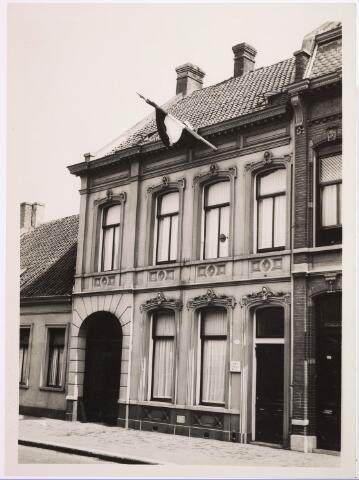 033357 - Het pand Bosscheweg 224, vanaf 1932 Bosscheweg 510 en vanaf 1 januari 1969 Tivolistraat 132. Van 1930 tot 1934 woonde in dit pand rijwielfabrikant Josephus A.M. van der Schoot. Van 1934 tot 1936 huisvestte dit pand het Economisch Technologisch Instituut, een instelling van de R.K. Leergangen. Daarna woonde er ambtenaar Petrus M. van Eijck. Links het pand Bosscheweg 222, vanaf 1932 Bosscheweg 508. De laatste bewoonster was Emma B. de Kort. In 1937 werd dit pand gesloopt om plaats te maken voor de nieuwbouw van P. de Waal.