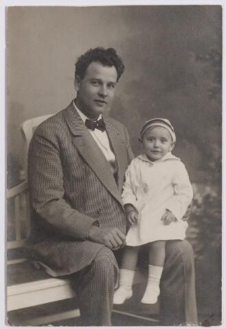 044635 - Operazanger Louis van der Sande, geboren te Tilburg op 15 april 1887 met zijn dochtertje Wilma, geboren te Grave op 20 oktober 1915,