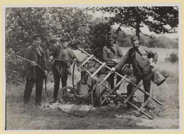 075438 - Brandweer, (vrijwillig) 2e van links commandant W. van Roessel.
