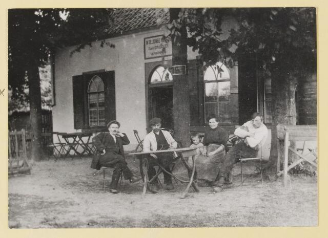 074639 - Moergestelseweg.  Restaurant De Jonge Hertog. Uitbater was Adr. Verhoeven. De uitbater met vrouw kind en twee gasten.
