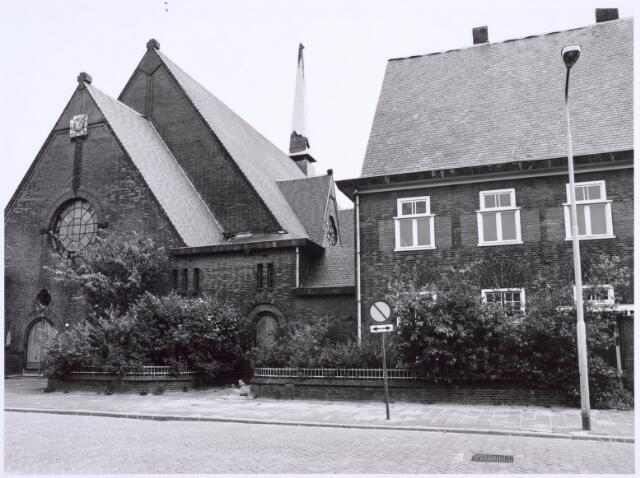 022306 - Kerk van de H.H. Antonius en Barbara in de Hoefstraat na de definitieve sluiting. De toren geeft markeert duidelijk het verval van het godshuis. De pastorie ernaast oogt beduidend beter, maar ook dat zou in 1981 verdwijnen