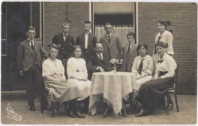 051756 - Voortgezet onderwijs. Klassenfoto. Leerlingen en hoofd van de school van de Openbare ulo. Staande 3e van links Nico Hille. Zittend in het midden is het hoofd Petrus Joannes Willems (1876-1939). Hij was afkomstig uit Oisterwijk en verhuisde in 1908 vandaar naar Tilburg. Willems was ook mede-oprichter van de R.K. leeszaal.