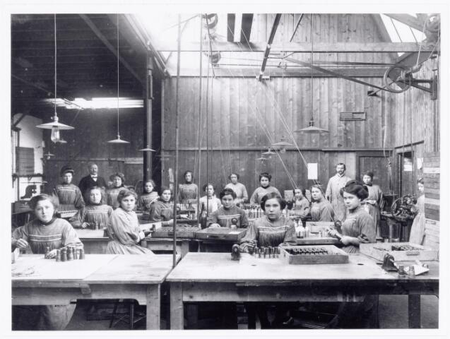 039560 - Catalonië Capsulefabriek aan de Stedekestraat onderafdeling van de Strohulzenfabriek, opgericht door Henri Verbunt en in 1937 overgenomen van de erven Verbunt door H.J.M. van Diessen. Hij woonde aan het Wilhelminapark hoek Kuiperstraat. Zijn zonen Harrie en Joop van Diessen leiden nog steeds Catalonië (2006) gespecialiseerd in glasverpakkingen aan de Stedekestraat.