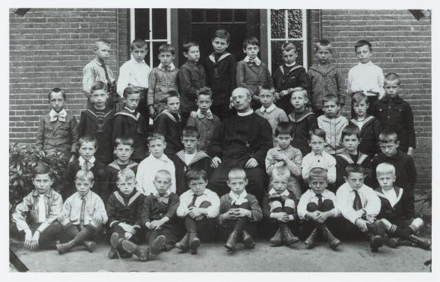 051303 - Basisonderwijs. Klassenfoto r.k. lagere school. De Leoschool.
