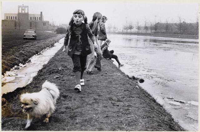 102339 - Slotlaan. Schaatsen. Spelende kinderen bij de ijsbaan achter de Nazarethkerk aan de Slotlaan.