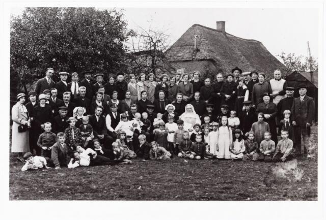 008089 - Familie Vromans, gefotografeerd aan de Vijfhizen te Tilburg. De non is zuster Petra Vromans, geprofest omstreeks 1926 in de congregatie van de dochters van O.L.V. van het H. Hart te Tilburg.