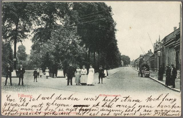 010263 - Zuidoostzijde van het Wilhelminapark met links de ingang van het park. Rechts een kar met daarop de naam van de fotograaf, Berssenbrugge, werkzaam onder de firmanaam 'Au Heron'. Handgeschreven tekst op de voorkant