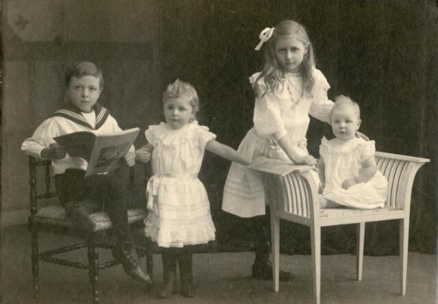 600514 - De kinderen van spiegel- en lijstenmaker Josephus Antonius van Erp en Louisa Theresia Broekhans. Van links naar rechts: Joannes Henricus Franciscus (Harry) van Erp, geboren te Tilburg op 20 april 1902, Henrica Francisca (Riek) van Erp, geboren te Tilburg op 22 januari 1907, Maria Johanna Aloijsia (Mies) van Erp, geboren te Tilburg op 14 december 1900, en Josepha Louisa Maria van Erp, geboren te Tilburg op 3 april 1915.