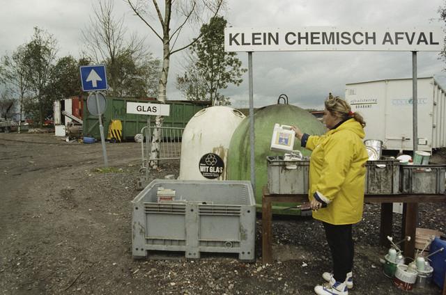 TLB023000254_001 - Containers ten behoeve van gescheiden afvalinzameling op Milieustraat Albion. Foto is gemaakt in het kader van de Gemeentelijke Begrotingsspecial 1993.