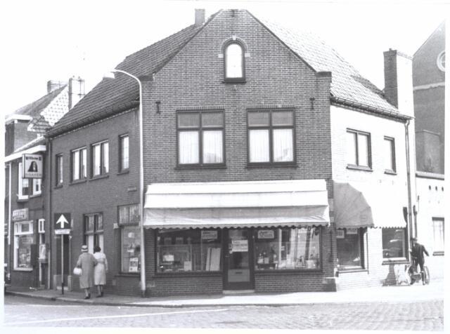 027076 - Voorheen Lange Schijfstraat 48a. Links: Korte Schijfstraat. Winkel in kantoorartikelen, schrijf en tekenbenodigheden van Hub. Swagemakers.