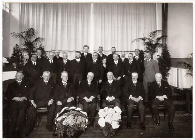 104044 - Voortgezet onderwijs. Overdracht van de nieuwe Hogere Burgerschool aan het Rijk op 20 april 1934. vlnr zittend: gemeentesecretaris W.J. van Dusseldorp, wethouder Jan van Rijzewijk, wethouder dr. H. Moller, minister van Onderwijs, Kunsten en Wetenschappen mr. H.P. Marchant, burgemeester mr. dr. F.L.G.Z.M. Vonk de Both, wethouder mr. J.Ch.A.M. van de Mortel, wethouder J.J.J. van Oudenhoven. Staande: H. Blomjous, lid van de Eerste Kamer Staten Generaal , dr. E.J. Dijksterhuis, R.J. de Grood, Jos Wielders (met sik en bril)-(architect van het  gebouw), G. van Rij, dr. E.H. Renkema (inspecteur M.O.), Ir. T.W.A. Borgesius, dr. J.A. Bastiaenen (directeur), J.a. Vorstenbosch, mej. J.M. v.d. Meijden, J.F. Vrensen (met baard), R. de boer (oud-directeur), J.F. Kaekebeke (met snor), H. Kerremans (met snor), dr. J.M. Metzlar, dr. A.G.M. Liernur.