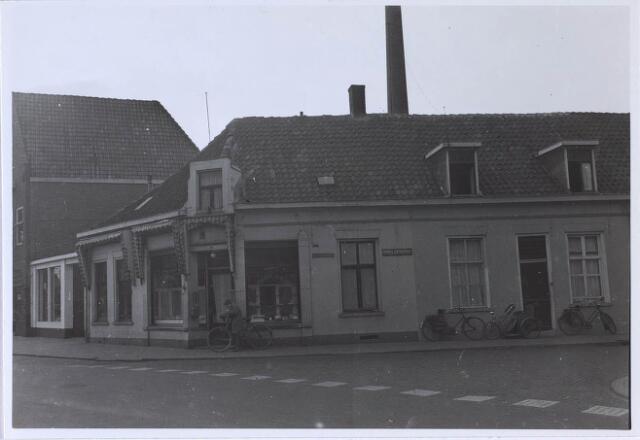 024190 - Panden op de hoek Prinses Sophiastraat en de Piusstraat (links). Het hoekpand is een snoepwinkeltje geweest, van Meurs ? Links daarnaast de ingang van Stijbosch motoren. De schoorstenen zijn Van Triborgh aan de Bisschop Zwijsenstraat.