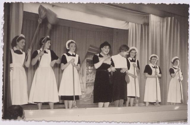 043499 - Korvelse revue,getiteld Lenterevue . In de revue speelden mannen vrouwenrollen. Van links naar rechts Jan Groenland en Ad van Dongen, Nel de Bruyckere. De uitvoeringen vonden plaats in het parochiehuis op Korvel