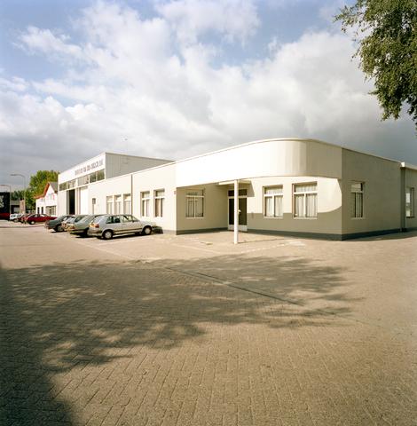 D-000765-1 - Bedrijfspand van Pastoor-van den Bergh B.V. aan de Kapitein Rondairestraat, daarnaast het pand van Leduc autoschades (Bouwbedrijf Van Besouw)