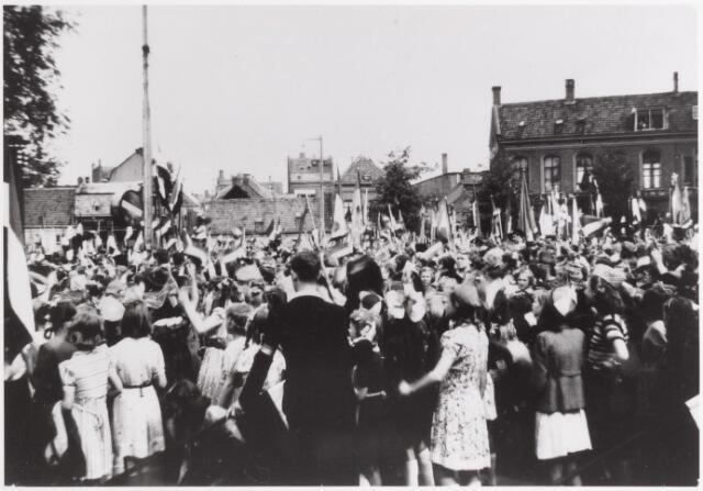 042729 - WOII; WO2; Nationale Feestdag na de bevrijding. Menigte voor het Paleis-Raadhuis, s morgens om half elf.