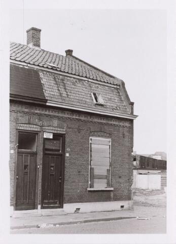 014108 - Onbewoonbaar verklaarde woning  Akkerstraat 37. Rechts de Roggestraat