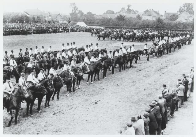 055751 - Sport. Ter gelegenheid van de viering van het tweede lustrum van de bond van landelijke rijverenigingen van de NCB werd te Hilvarenbeek in juli 1938 een groot ruiterfeest georganiseerd. Op de achtergrond de Hoge Zij.