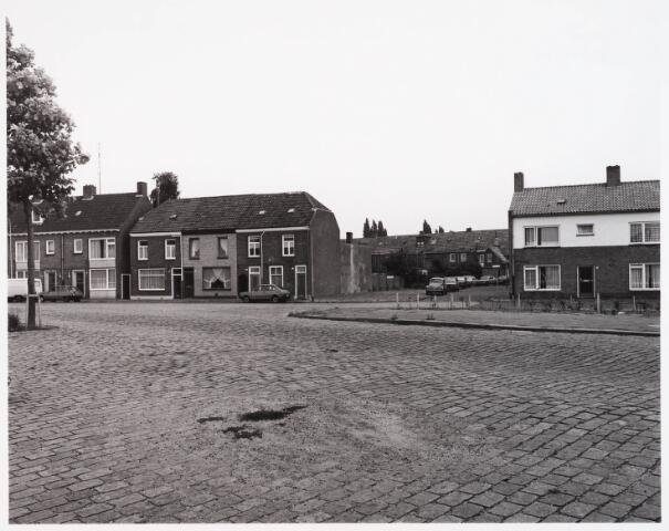 028527 - Overzicht van de Piushaven met woonhuizen genomen in de zomer van 1981