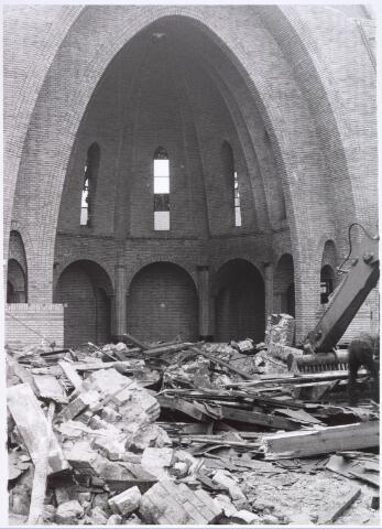 022313 - Afbraak van de Groeseindse kerk in 1981. Het priesterkoor staat nog fier overeind