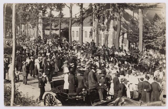 046638 - Koninklijke bezoeken. De Tilburgseweg in 1916 toen koningin Wilhelmina, samen met generaal Weber, een inspectiebezoek bracht aan de in Goirle ingekwartierde militairen.