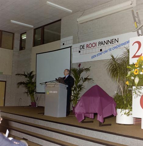 1237_001_048_008 - Een toespraak tijdens de viering van het vijfentwintigjarige bestaan van de Ondernemers Federatie Tilburg in april 1997 op de Rooi Pannen. Daarnaast wordt drs. Ter Huurne onderscheiden met de Zilveren Pluim.