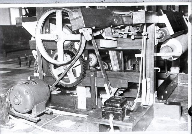 654622 - Industrie. Motor van een weefgetouw.