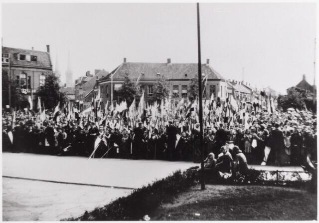 042728 - WOII; WO2; Nationale feestdag op 9 mei 1945. Menigte voor het Paleis-Raadhuis, s morgens om half elf.
