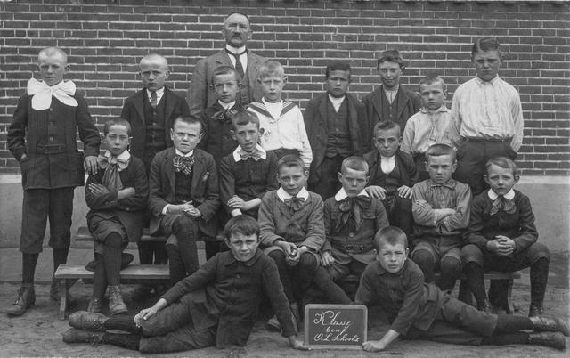 1738035 - Onderwijs. Basisschool. Klassenfoto van klas 6 en 7 van de O.L. School in Tilburg omstreeks 1910. Achteraan staat onderwijzer Antoine van der Pol (1857-1935).
