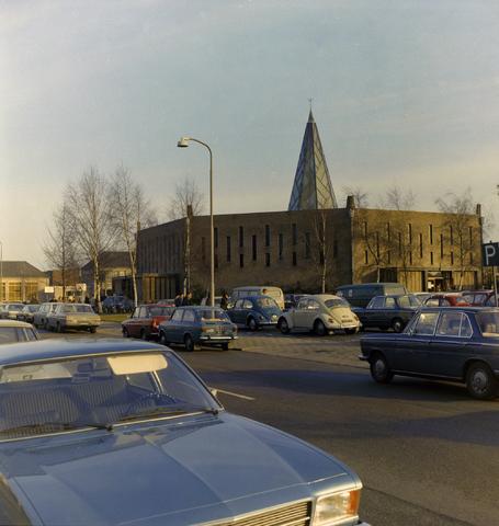 1237_012_980_001 - Kerk. Religie. Architectuur. De Pastoor van Arskerk aan de Beneluxlaan in december 1972. Het opvallende ontwerp is van architect Th.A.J.B. van der Bolt. Tussen 1960 en 1975 was dit de parochiekerk van de wijk Het Zand II. Vanaf 1977 kreeg de kerk een nieuwe bestemming als wijkcentrum.