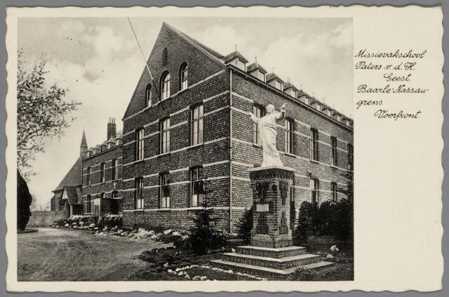 065486 - Onderwijs. Missievakschool Paters v.d. H. Geest aan de Turnhoutsebaan;In 1913 vestigde de Congregatie der Paters van de H. geest aan de grens te Baarle-Nassau een missievakschool voor de opleiding van broeders-missionarissen. Omstreeks 1930 had men dit gezicht op het klooster. Het gebouwd op de voorgrond werd in 1926 gebouwd. De kapel op de achtergrond verrees in 1924 en hiervan maakte ook  de grensbewoners gebruik. Overste was toen pater A. Munck (1916-1935)