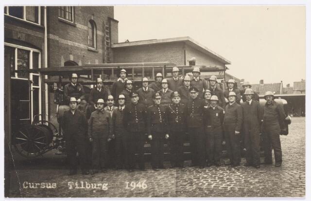 039435 - Volt, Zuid. Hulpafdelingen, Brandweer. De foto is genomen n.a.v. een cursus bij de Tilburgse Gemeentelijke Brandweer in 1946. Op de foto staan o.a. Jan van Boxtel (eerste rij, vijfde van rechts) en Bernard Donders (eerste rijd, zesde van links)