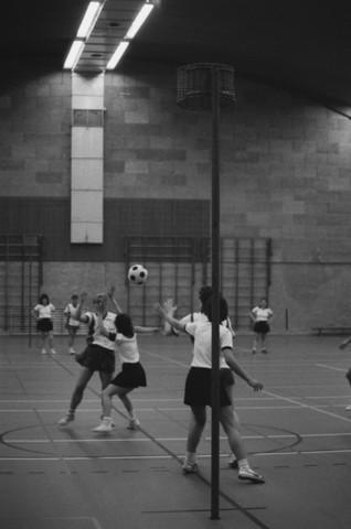 TLB023002498_002 - Een korfbal wedstrijd