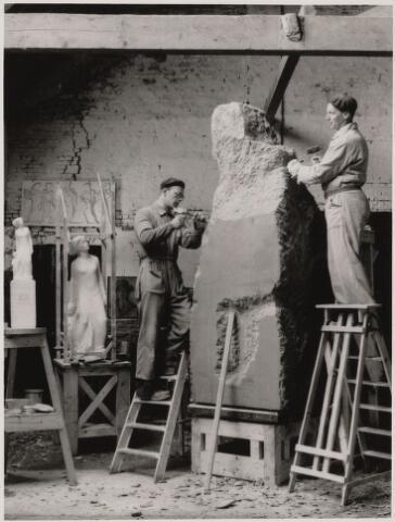100864 - WO2 ; WOII ; Kunst in de openbare ruimte. Tweede Wereldoorlog. Oorlogsmonument, ontworpen door Jacques J. van Poppel (1909-1976). Geplaatst in het Slotpark. Van Poppel rechts op de foto, links assistent Wim Bonsel.