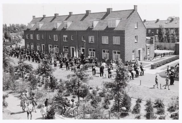 038784 - Volt. Sport en ontspanning.  Drumband en Harmonie Volt hier terugkerend van een uitvoering op de tentoonstelling Hart van Brabant die in de zomer van 1959 in het Leijpark werd gehouden. Het bedrijf Volt exposeerde ook op deze tentoonstelling.