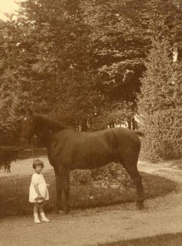 600629 - Alinetje Kolfschoten met paard Ready. Kasteel Loon op Zand. Families Verheyen, Kolfschoten en Van Stratum