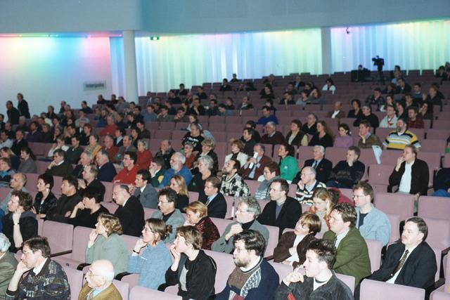 1237_002_221-1_015 - Politiek. Het publiek tijdens een debat naar aanloop van de gemeenteraadsverkiezingen in de Tilburgse concertzaal in 1999.