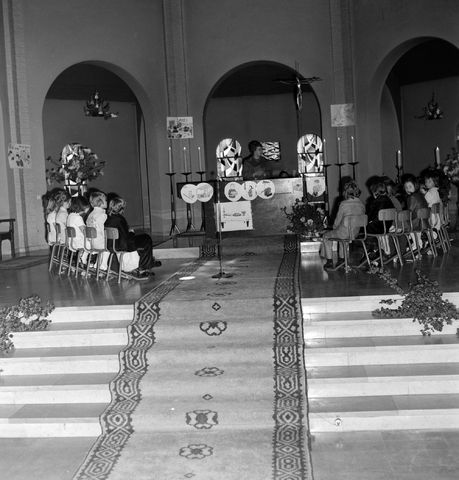 1237_006_251-1_003 - Eerste heilige communie in de Margarita Maria Alacoquekerk. Viering door kapelaan Mennen in mei 1974.   Religie. Kerk. Parochie Ringbaan West.