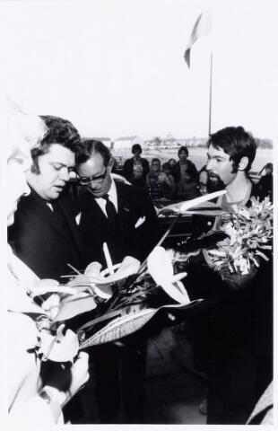104067 - Studenten van de Bibliotheek en documentatieschool bieden staatssecretaris van Cultuur, Recreatie en Maatschappelijk Werk  H.J.L. Vonhoff een rouwkrans aan bij de opening van de Drieburcht.