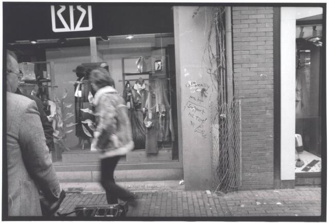 021949 - Winkels. Graffiti op de gevel bij de kledingzaak van Van de Brel op de hoek Heuvelstraat - Juliana van Stolbergstraat.