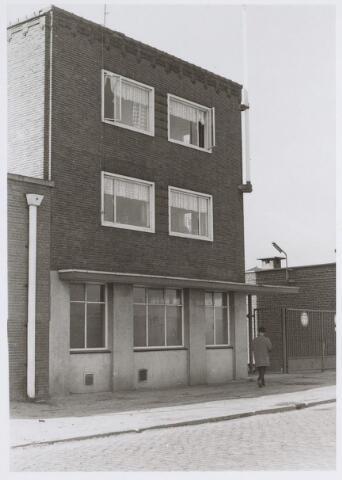 026077 - Textiel. Woongedeelte met portiersloge behorende tot het complex van de Tilburgse katoenspinnerij TKT eind oktober 1970